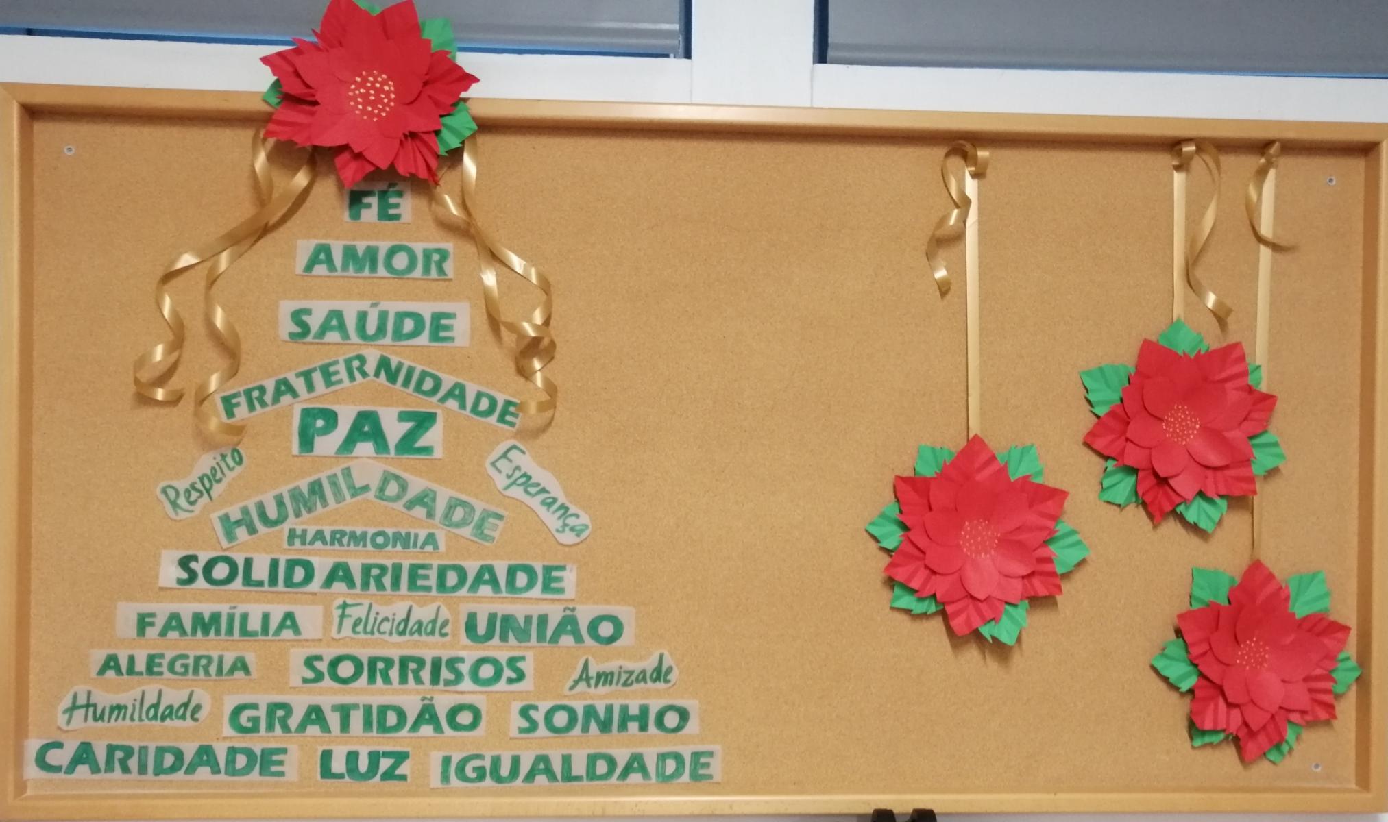 Decoração do recinto escolar com motivos natalícios.